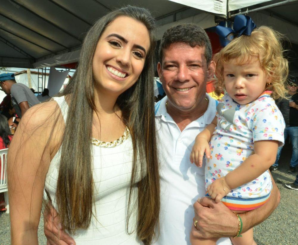 Carlos Germano ao lado da primeira dama Stephanie Almeida e filha