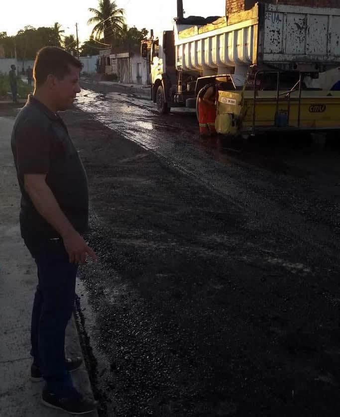 Prefeito Carlos Germano acompanha obra de pavimentação asfáltica do Conjunto Alameda