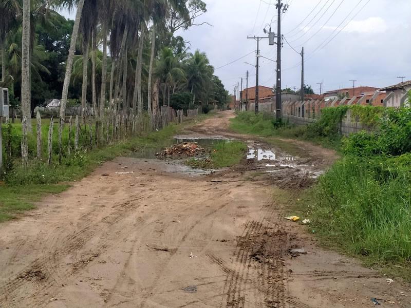 Moradores da Rua Paulino Ferreira reclamam de alagamento e cobram pavimentação ao governo municipal