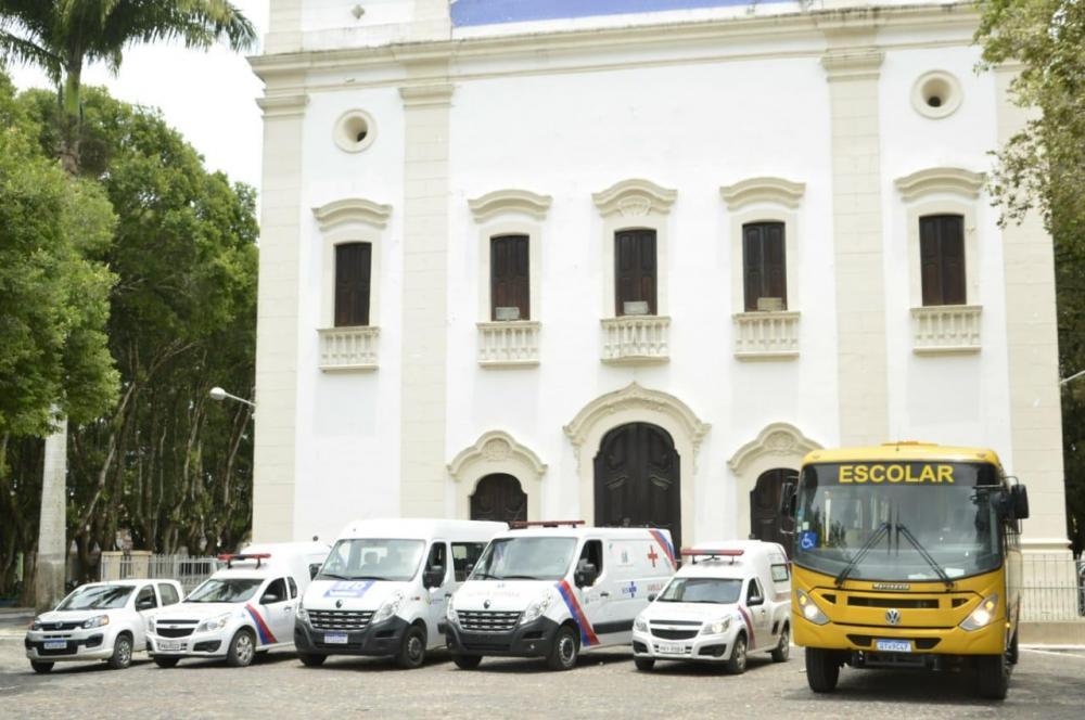 Prefeito Carlos Germano apresentou a nova ambulância e o ônibus escolar para a população