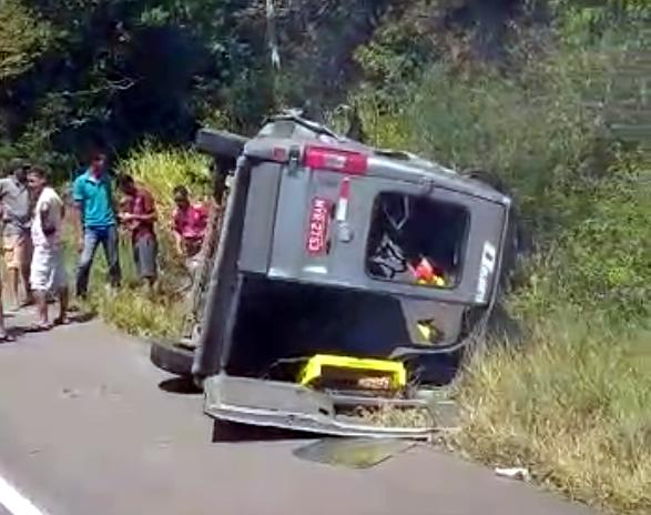 Van colide com caminhão de frango na BR-101 trecho de São Gonçalo dos Campos