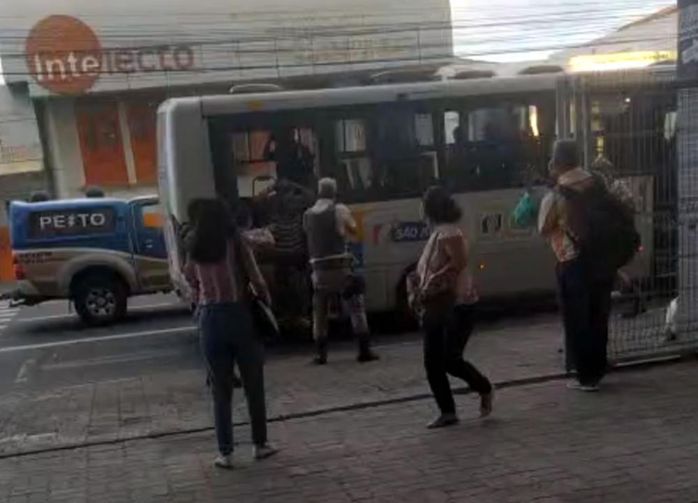 64ª CIPM conduz por porte ilegal de arma de fogo indivíduos que estavam dentro do ônibus coletivo