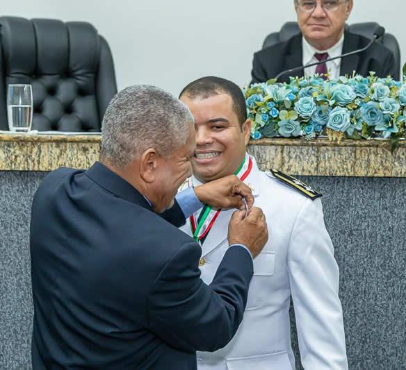 Comandante do DPM São Gonçalo recebe Comenda Maria Quitéria do Legislativo feirense