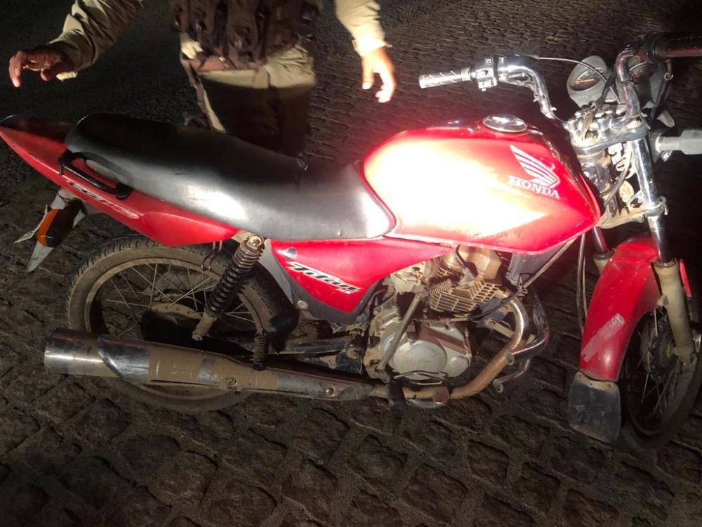 Suspeito é capturado pela PM com moto roubada e simulacro de pistola