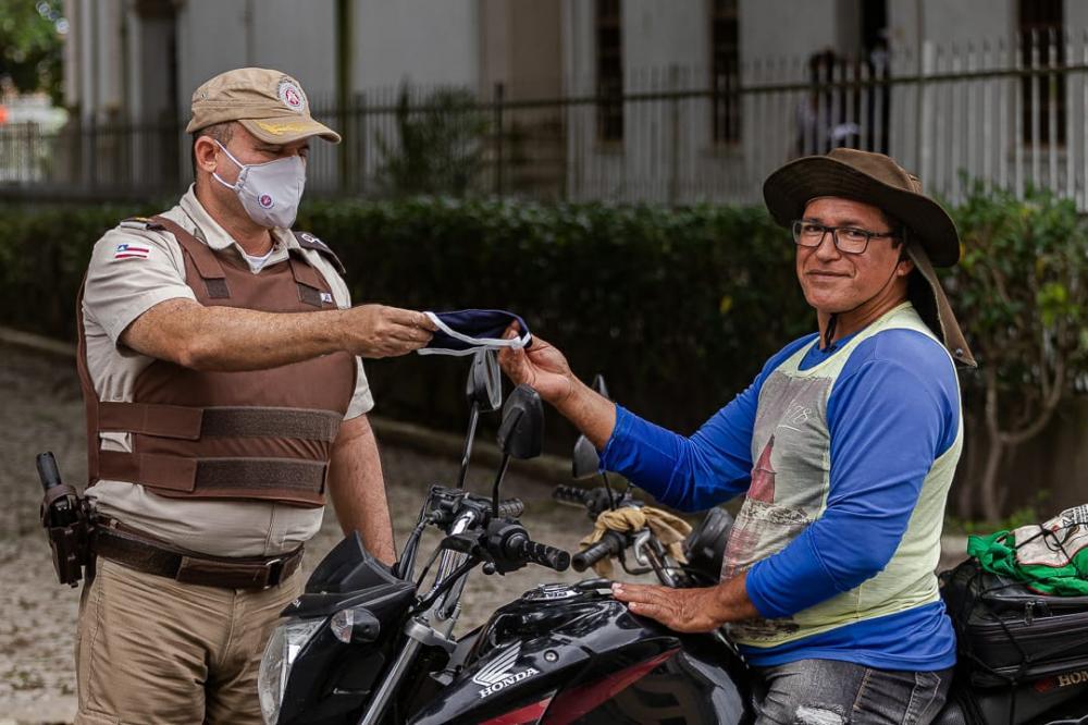 67 CIPM faz blitz e distribui máscaras no Município de São Gonçalo