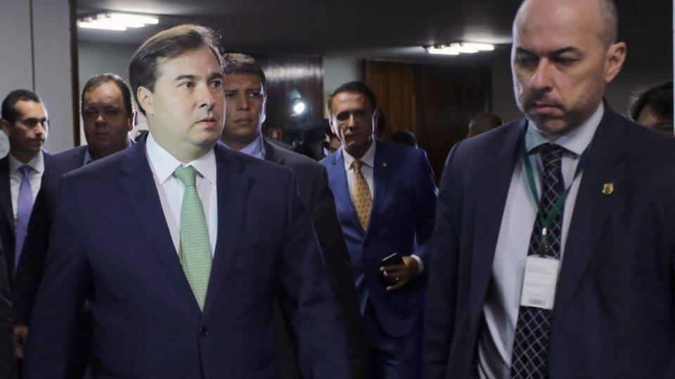 """Maia expõe líder do governo e reunião vira bate-boca: """"Excluí das relações pessoais"""""""