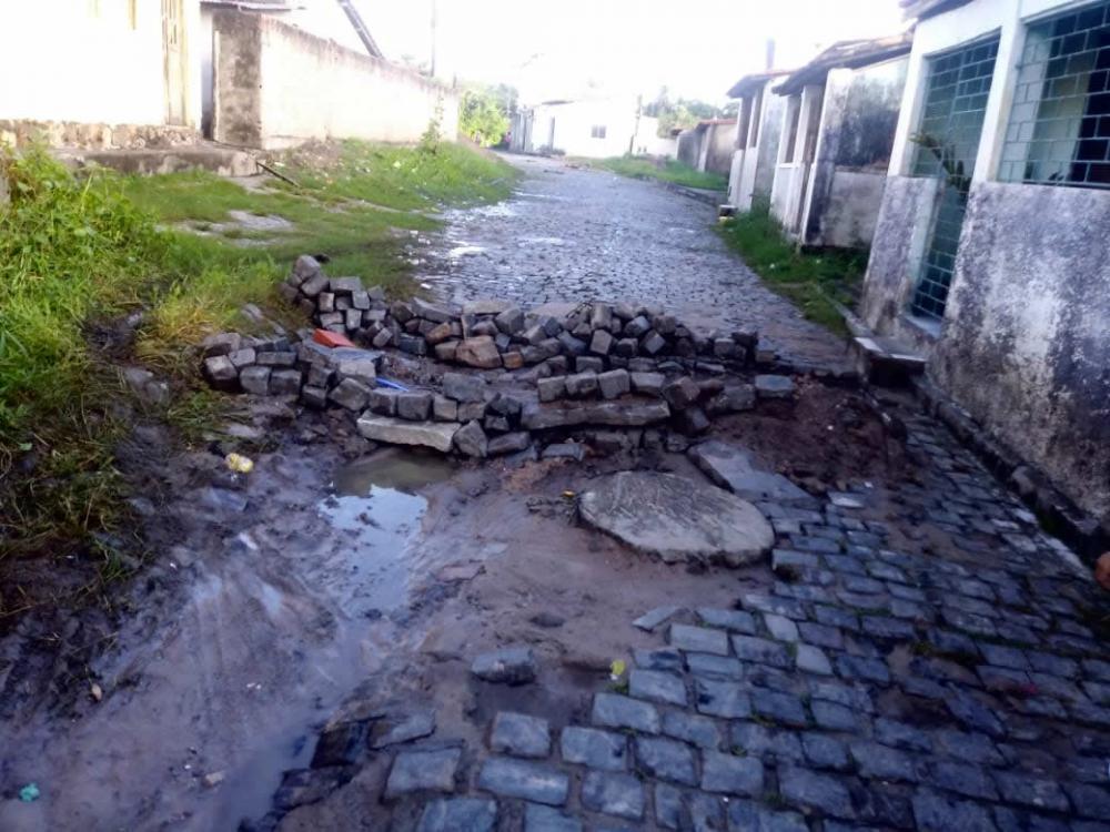 Por falta de infraestrutura moradores interditam a Rua do Rio Preto em São Gonçalo