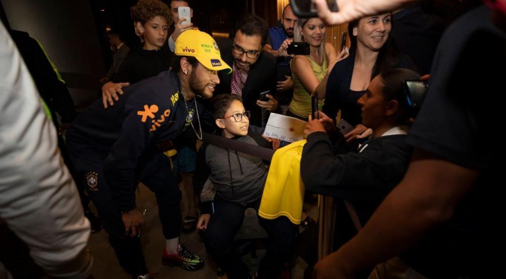 Seleção desembarca em Brasília com apoio da torcida a Neymar