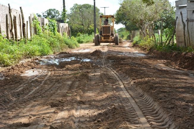 Empresa doa material para ser usado na recuperação de estradas de Maria Quitéria