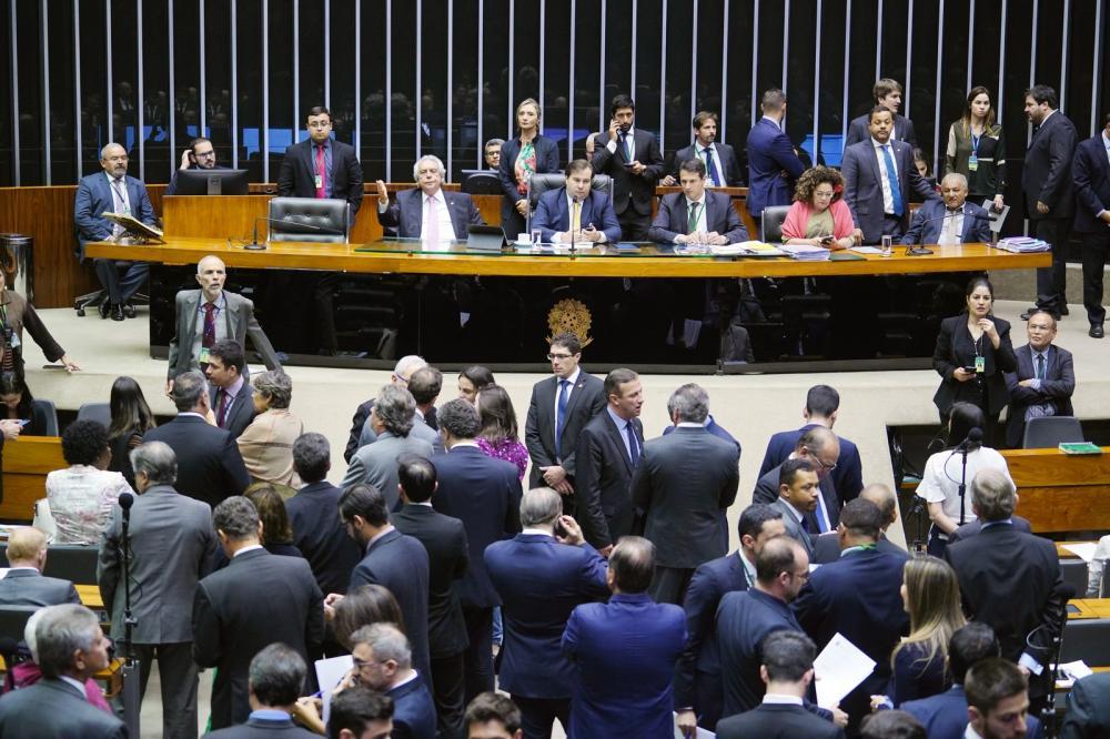 Câmara aprova texto-base da MP da Liberdade Econômica. MP altera regras para trabalho ao domingo e ponto