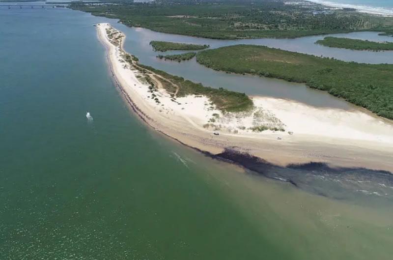 Ministro do Meio Ambiente sobrevoa áreas com manchas de petróleo no litoral da Bahia