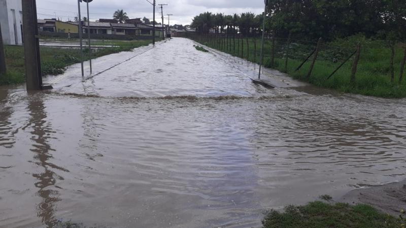 Chuva deixa moradores ilhados na Rua Paulino Ferreira em São Gonçalo dos Campos