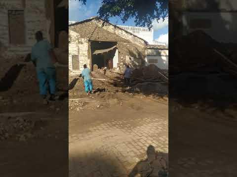 Parede de casarão antigo no centro de São Gonçalo desaba e chama atenção de populares